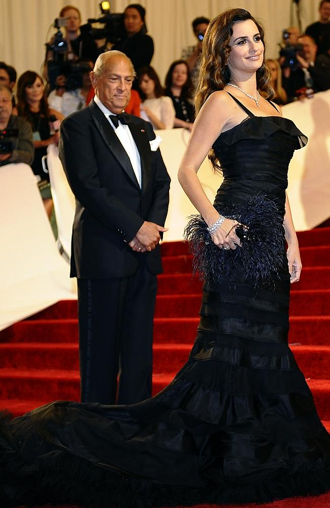 osacr de la renta with penelope cruz on red carpet