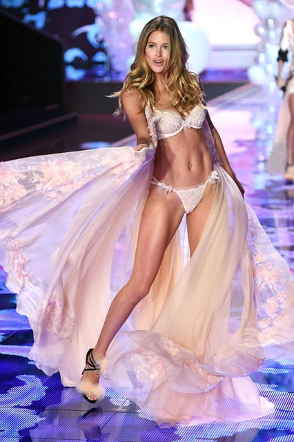 doutzen kroes dream girl for VS 2014 london show